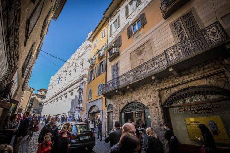 Ampio appartamento duplex sito a piano ultimo con loggia. Bergamo